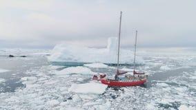 Navegación de viaje del yate en el océano impetuoso del hielo de la Antártida almacen de video