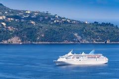 Navegación del barco de cruceros en la costa de Amalfi Fotos de archivo