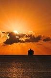 Navegación del barco de cruceros en puesta del sol Foto de archivo libre de regalías