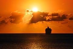 Navegación del barco de cruceros en puesta del sol Imagen de archivo