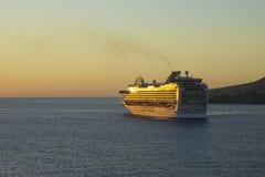 Navegación del barco de cruceros en una puesta del sol, del Caribe Fotografía de archivo libre de regalías