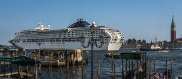 Navegación del barco de cruceros a través del canal de Giudecca en Venecia, Italia Foto de archivo libre de regalías