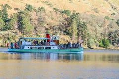 Navegación del barco de la travesía en la bahía de Brathay Fotos de archivo libres de regalías