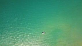 Navegación del barco de mar en la opinión aérea del agua azul Barco de pesca en vista al mar de la turquesa desde arriba del abej almacen de video