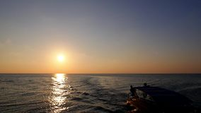 Navegación del barco de motor en el mar contra puesta del sol almacen de video
