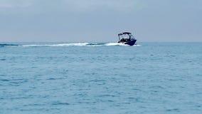 Navegación del barco de motor en la agua de mar azul metrajes
