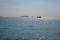 Navegación del barco de pesca en el mar Fotos de archivo libres de regalías