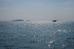 Navegación del barco de pesca en el mar Imagen de archivo