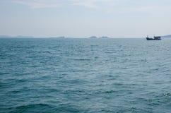Navegación del barco de pesca en el mar Fotos de archivo