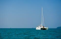 Navegación del barco de vela Imágenes de archivo libres de regalías