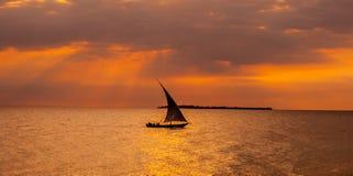 Navegación del barco de vela en la puesta del sol Imágenes de archivo libres de regalías