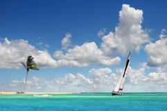 Navegación del barco de vela en los mares tropicales Imagen de archivo libre de regalías
