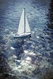 Navegación del barco del juguete en una charca Imagen de archivo libre de regalías