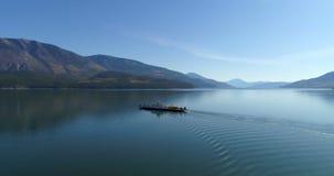 Navegación del barco en el lago 4k metrajes