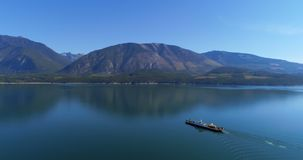 Navegación del barco en el lago 4k almacen de metraje de vídeo