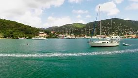 Navegación del barco en el mar - Islas Vírgenes de Charlotte Amalie los E.E.U.U. metrajes