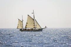 Navegación del barco en el mar Mediterráneo Imágenes de archivo libres de regalías