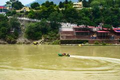Navegación del barco en el río en la ciudad santa de Rishikesh en el destino turístico muy popular de la India y el surroundin na fotos de archivo