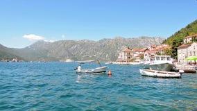 Navegación del barco en la bahía de Kotor, Montenegro metrajes