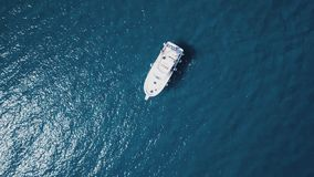 Navegación del barco en la costa de Creus del casquillo, en el mar Mediterráneo foto de archivo