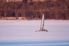 Navegación del barco del hielo en el lago Pepin fotos de archivo libres de regalías