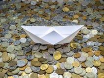 Navegaci?n del barco del Libro Blanco en el mar hecho de monedas foto de archivo