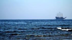 Navegación del barco pirata en el mar metrajes