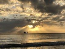 Navegación del barco pirata en la puesta del sol Fotografía de archivo