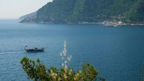 Navegación del barco turístico en el mar en la bahía en Marmaris almacen de video