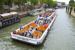 Navegación del barco turístico en el Seine Fotografía de archivo libre de regalías