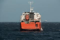 Navegación del buque de carga en agua inmóvil imagenes de archivo