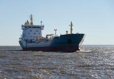 Navegación del buque de carga en agua inmóvil Fotos de archivo