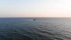 Navegación del buque de carga en un océano claro Visión aérea Seacape Mar Mediterr?neo chipre Centro tur?stico de la ciudad Tirot almacen de video