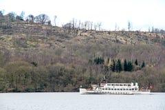 Navegación del buque de la travesía en la bahía de Brathay Fotos de archivo