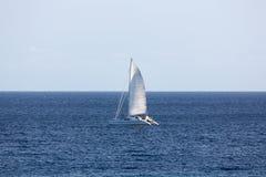 Navegación del catamarán foto de archivo