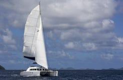 Navegación del catamarán Fotografía de archivo
