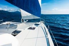 Navegación del catamarán del yate de la navegación en el mar Velero navegación fotos de archivo