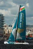 Navegación del catamarán en la bahía de Cardiff Fotos de archivo