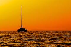 Navegación del catamarán en la puesta del sol Imágenes de archivo libres de regalías