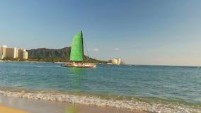 Navegación del catamarán la playa del waikiki y el al frente del diamante metrajes