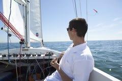 Navegación del hombre en el barco foto de archivo libre de regalías