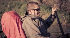 Navegación del hombre en la canoa Fotos de archivo