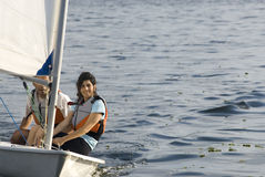 Navegación del hombre y de la mujer en barco de vela - horizontalmente Fotos de archivo libres de regalías