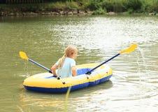 Navegación del niño en batea Imagen de archivo