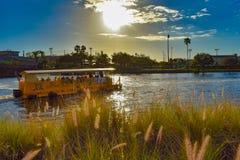 Navegación del taxi del agua en el río de Hillsborough en fondo del cielo de la puesta del sol en centro de la ciudad imágenes de archivo libres de regalías