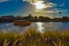 Navegación del taxi del agua en el río de Hillsborough en fondo hermoso de la puesta del sol en centro de la ciudad foto de archivo
