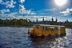 Navegación del taxi del agua en el río de Hillsborough en fondo nublado del cielo azul claro en el centro de la ciudad 1 fotos de archivo