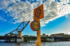 Navegación del taxi del agua en el río de Hillsborough en fondo nublado del cielo azul claro en el centro de la ciudad 4 foto de archivo libre de regalías
