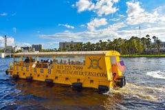 Navegación del taxi del agua en el río de Hillsborough en fondo nublado del cielo azul claro en el centro de la ciudad 3 imagen de archivo libre de regalías