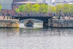 Navegación del transbordador de la travesía debajo del puente Foto de archivo libre de regalías